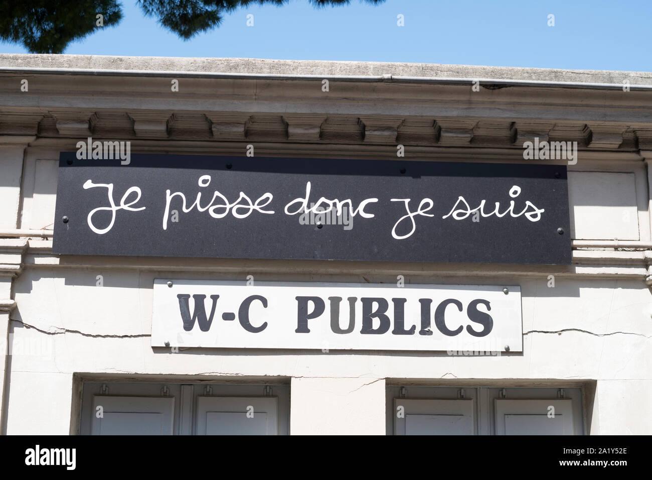 sign-on-public-toilet-je-pisse-donc-je-s