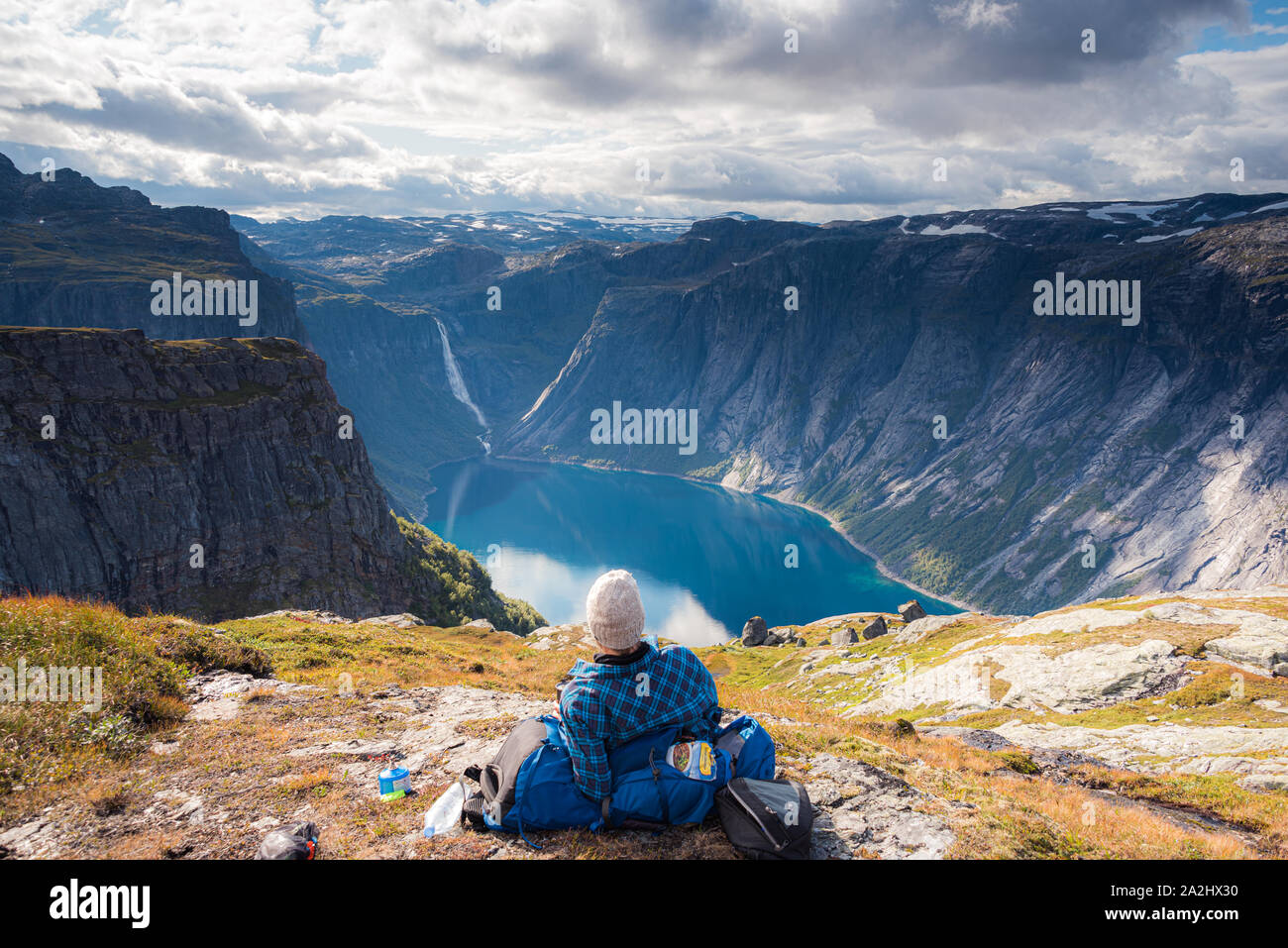 0209-17-tyssedal-norway-a-man-is-taking-a-break-from-the-hike-to-the-cliff-of-trolltunga-enjoying-the-view-of-the-reservoir-lake-ringedalsvatnet-2A2HX30.jpg