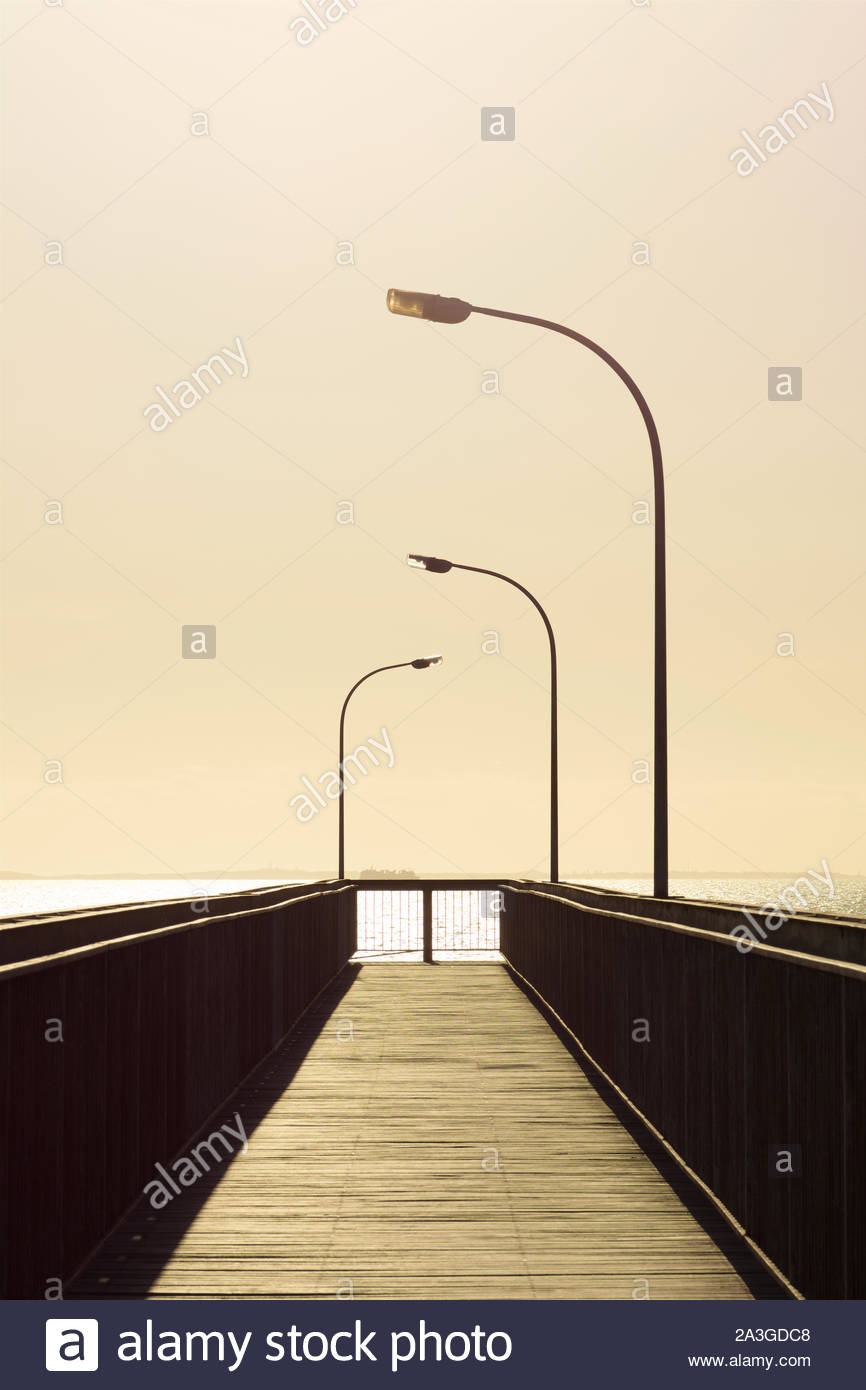 footbridge-over-the-railway-line-connecting-stirling-highway-to-leighton-beach-north-fremantle-western-australia-2A3GDC8.jpg