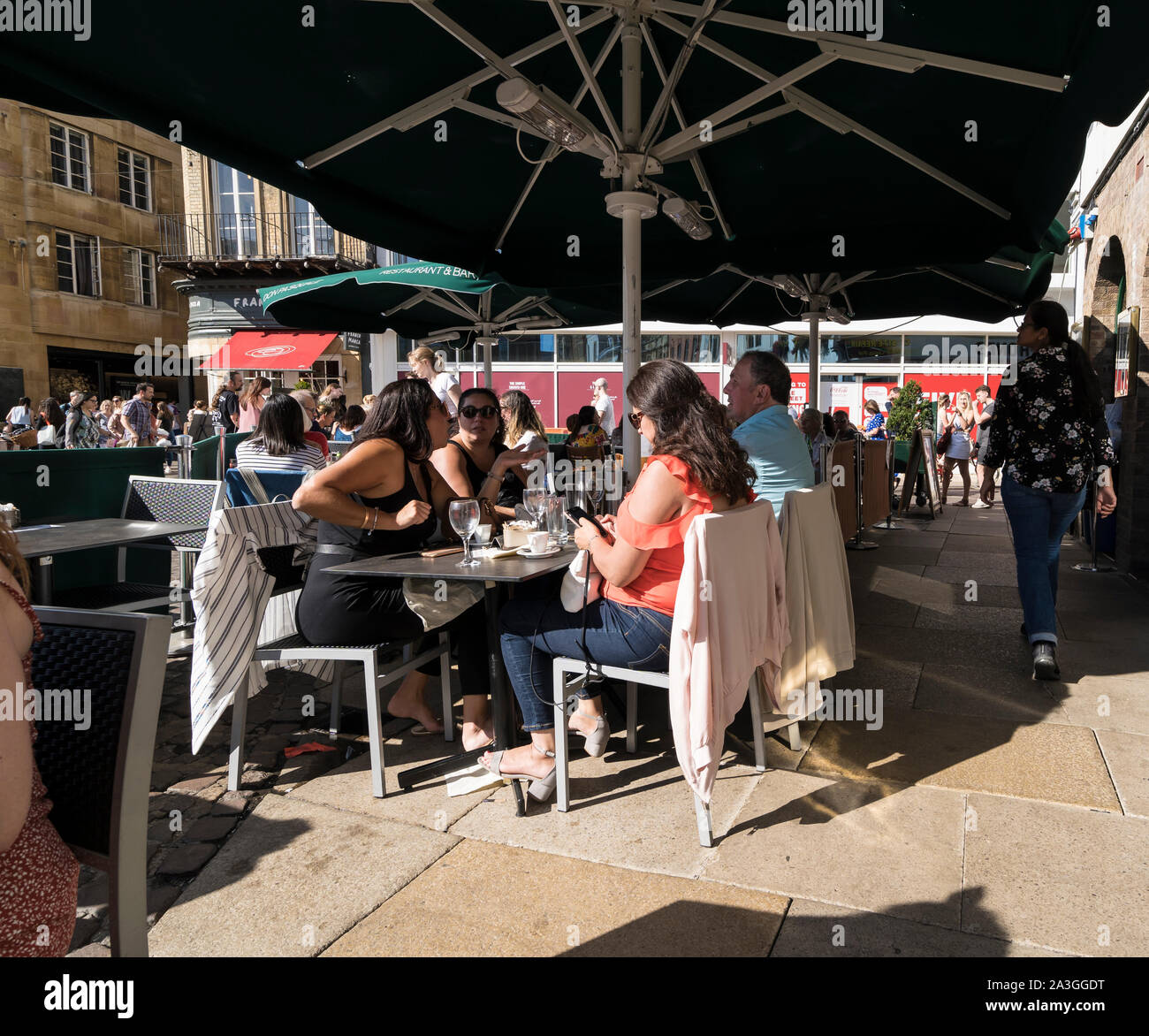 people-dining-al-fresco-at-city-centre-restaurant-market-hill-cambridge-2019-2A3GGDT.jpg