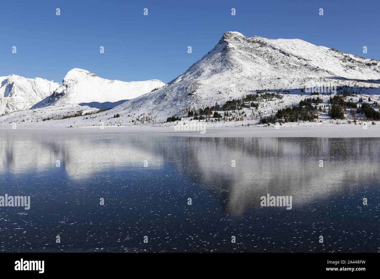 reflection-of-snowy-mountain-peaks-in-fr