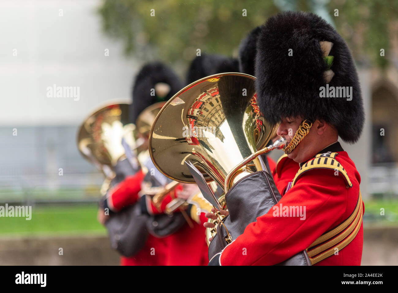 the-royal-procession-of-hm-the-queen-escorted-by-mounted-soldiers-and-marching-bands-from-buckingham-palace-to-parliament-for-the-queen-to-enter-and-to-give-the-queens-speech-marking-the-formal-start-of-the-parliamentary-year-the-event-took-place-in-wet-weather-2A4EE2K.jpg