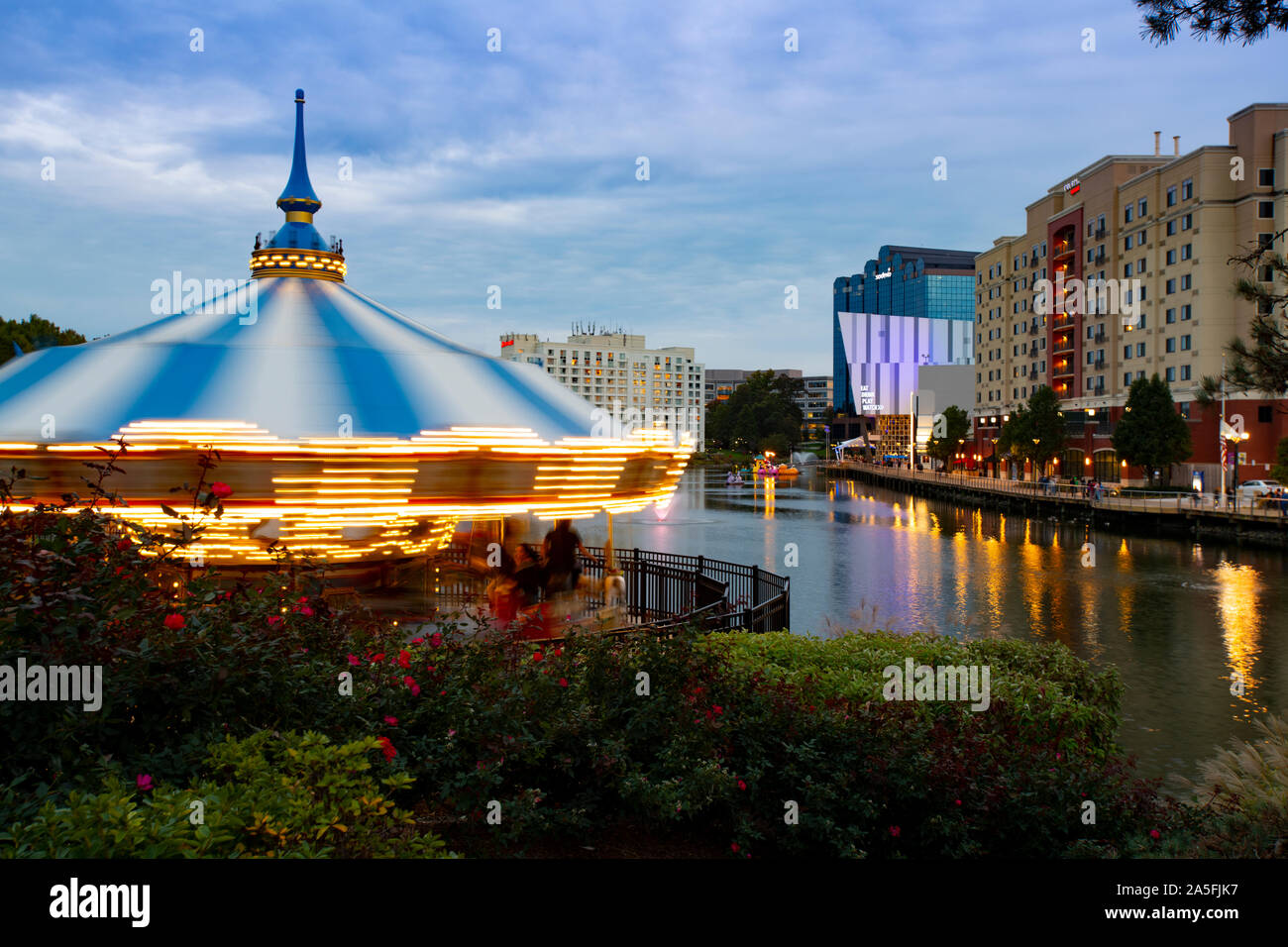 usa-maryland-md-montgomery-county-gaithersburg-rio-at-washingtonian-center-with-a-carousel-shopping-dining-movies-entertainment-by-a-lake-2A5FJK7.jpg