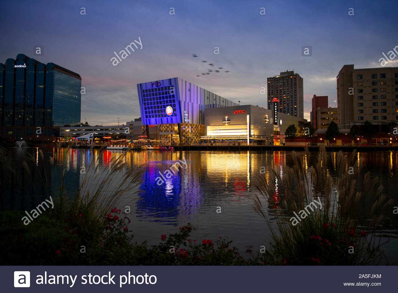 usa-maryland-md-montgomery-county-gaithersburg-rio-at-washingtonian-center-with-shopping-dining-movies-entertainment-by-a-lake-2A5FJKM.jpg
