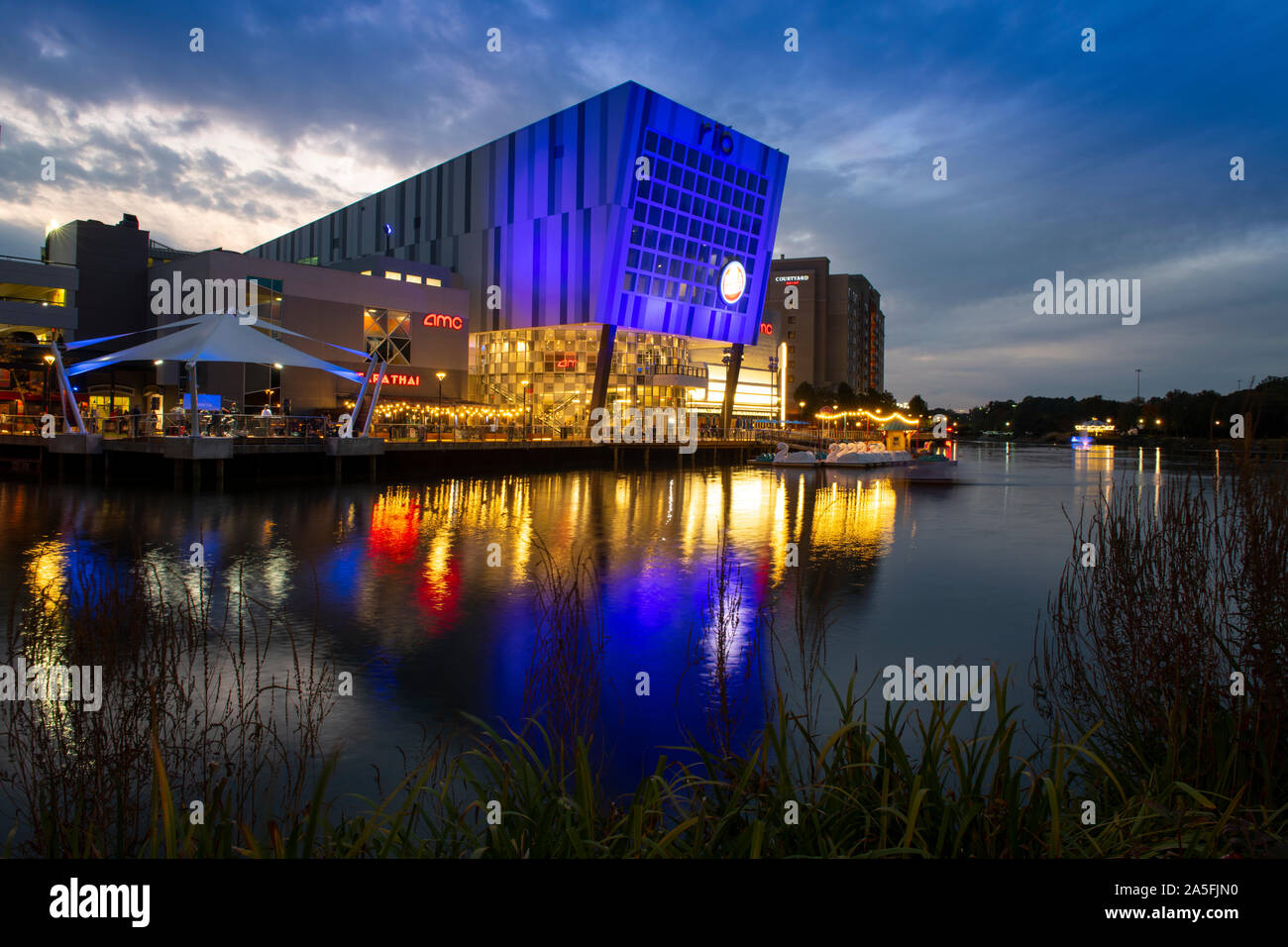 usa-maryland-md-montgomery-county-gaithersburg-rio-at-washingtonian-center-with-shopping-dining-movies-entertainment-by-a-lake-2A5FJN0.jpg