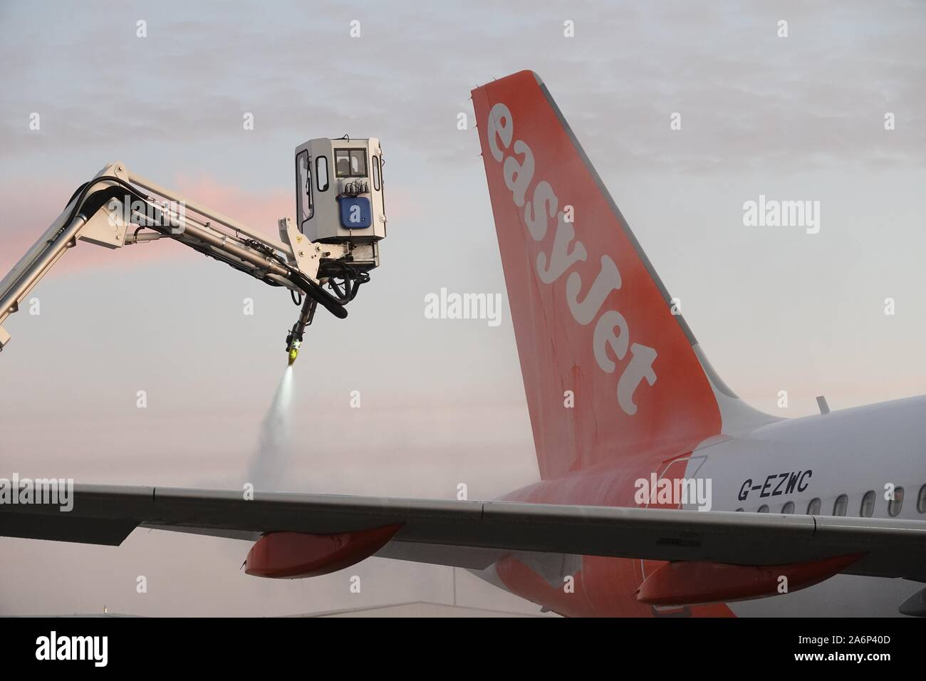 luton-airport-28th-october-2019-aircraft-from-the-easyjet-fleet-are-de-iced-on-this-cold-and-frosty-morning-credit-mick-flynnalamy-live-news-2A6P40D.jpg