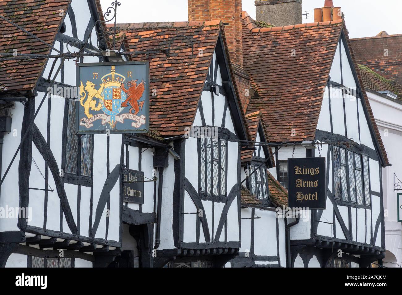 kings-arms-hotel-on-the-high-street-in-amersham-old-town-buckinghamshire-uk-2A7CJ0M.jpg