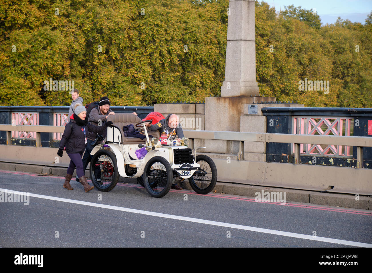 london-uk-3rd-november-2019-early-push-to-go-up-bridge-for-participants-crossing-the-thames-on-lambeth-bridge-in-this-years-edition-of-the-bonhams-london-to-brighton-veteran-car-run-credit-jf-pelletier-alamy-live-news-2A7JAWB.jpg