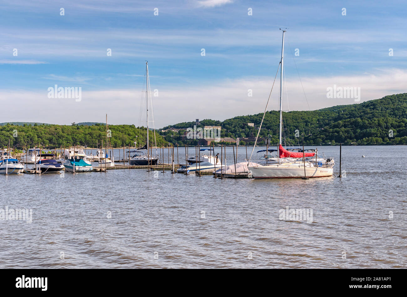 sailboats-and-boats-moored-on-the-hudson-river-cold-spring-putnam-county-new-york-usa-looking-across-the-river-to-highlands-ny-2A81AP1.jpg