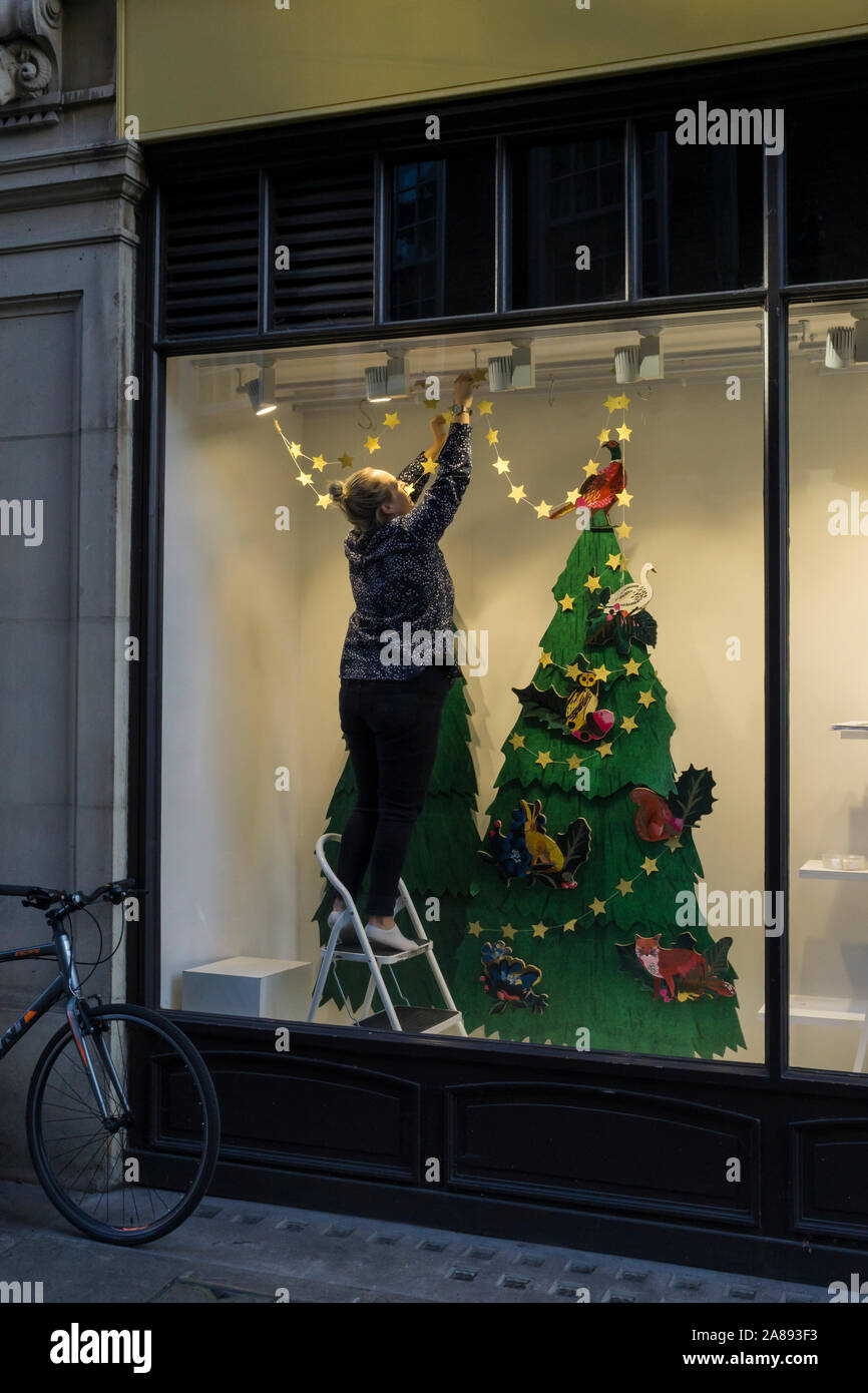 window-dresser-preparing-shop-window-for-christmas-display-sussex-street-cambridge-city-2019-2A893F3.jpg