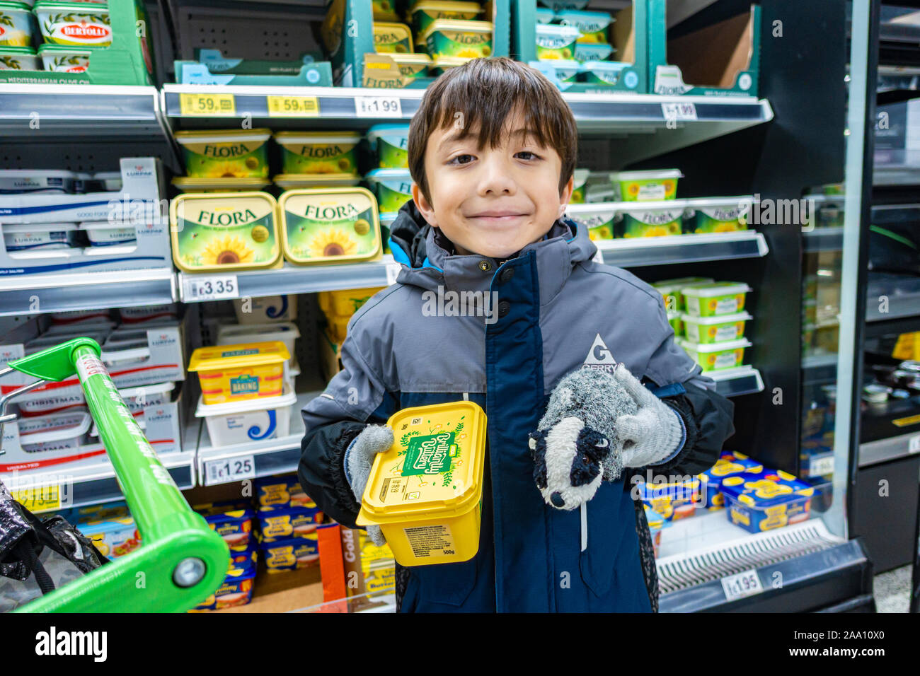 a-boy-holding-a-tub-of-butter-spread-in-a-uk-supermarketyoung-2AA10X0.jpg