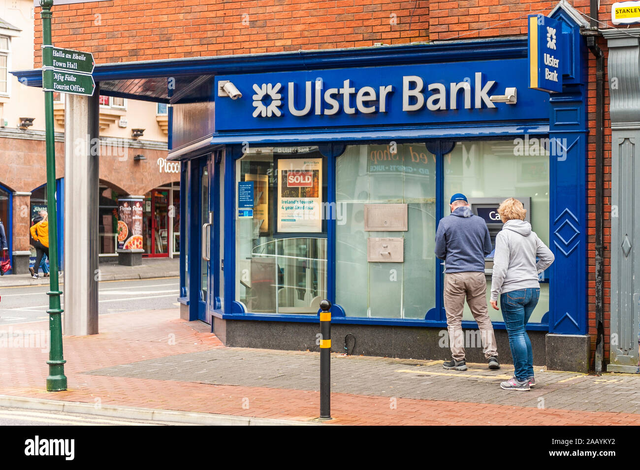 people-withdraw-money-from-an-ulster-bank-atm-in-killarney-county-kerry-ireland-2AAYKY2.jpg