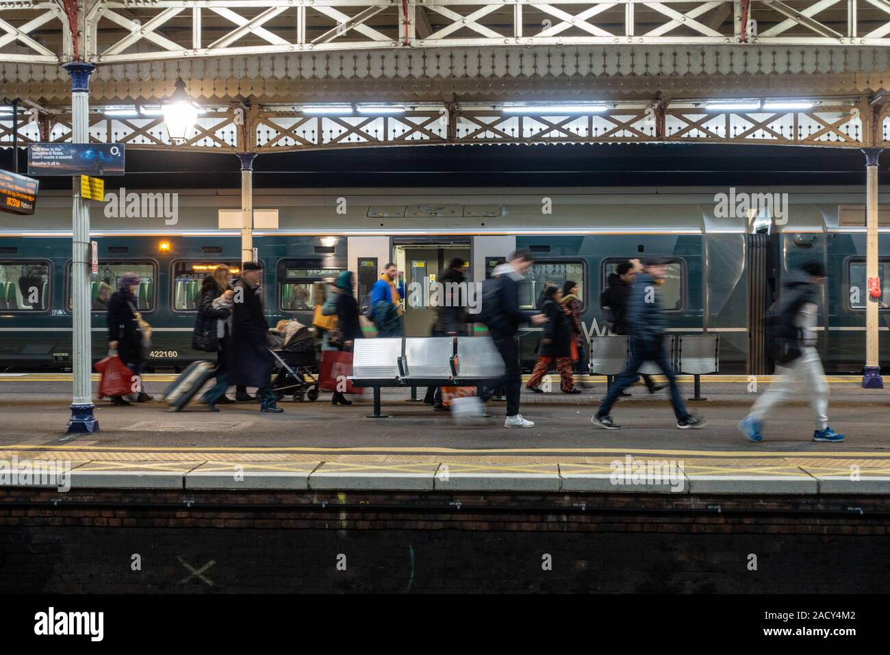 passengers-hurry-along-the-platform-at-slough-railway-station-having-just-got-off-a-late-arrival-into-slough-2ACY4M2.jpg