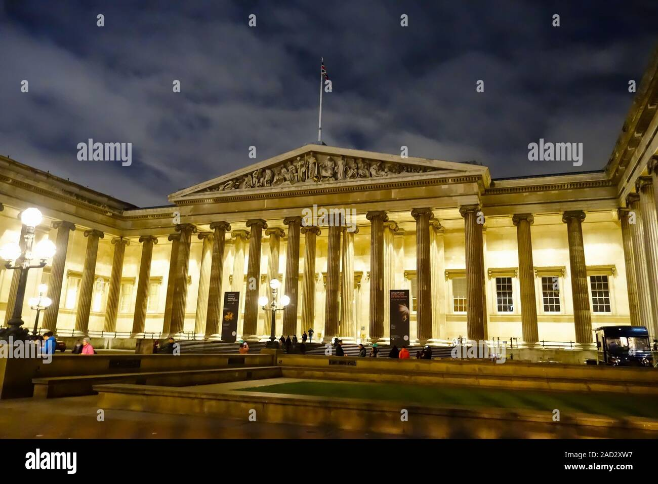 the-entrance-to-the-british-museum-at-night-time-great-russell-st-bloomsbury-london-england-uk-2AD2XW7.jpg