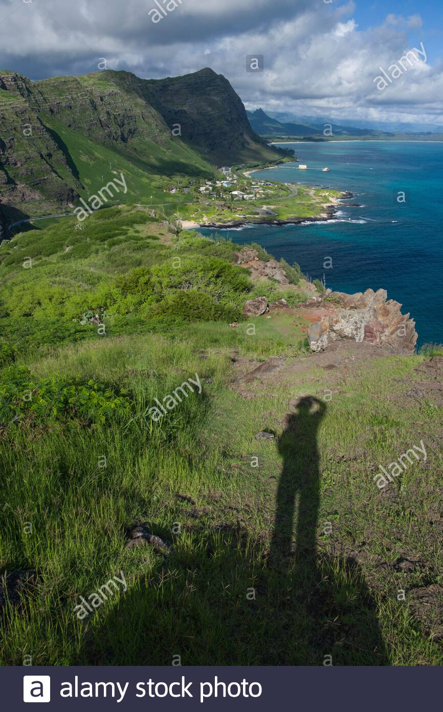 shadow-of-photographer-with-makapuu-beach-and-koolau-mountains-seen-from-makapuu-head-kaiwi-state-scenic-shoreline-honolulu-oahu-hawaii-usa-2ADRJAP.jpg