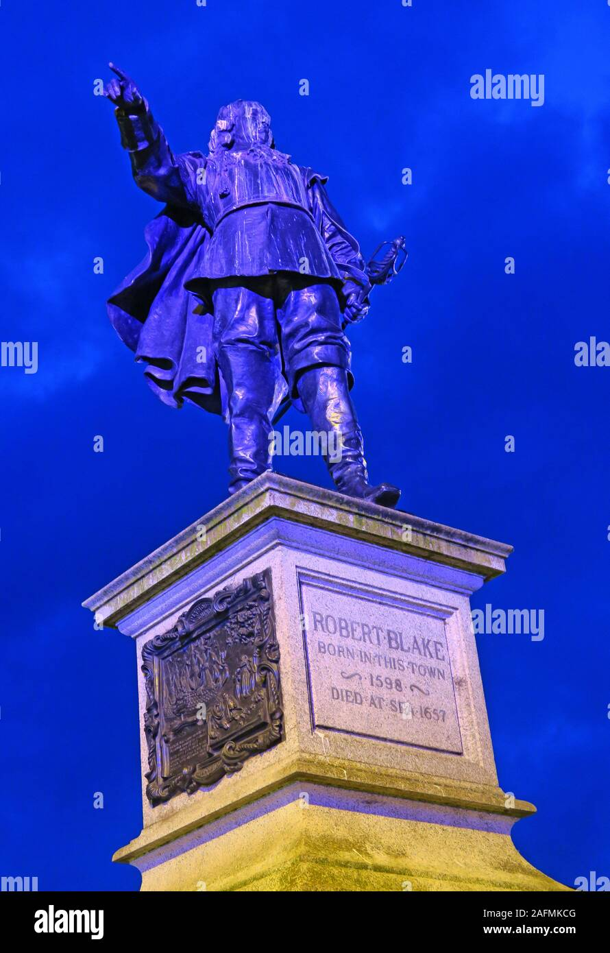 HotpixUK,@HotpixUK,GoTonySmith,Somerset,SDC,Sedgemoor,Sedgemoor District Council,South West England,England,UK,South West,town,TA6,dusk,night,night time,sculpture,at dusk,at night,town centre,for Bridgwater,Lord Warden of the Cinque Ports,1205747,ST2937SE CORNHILL 736-1/10/45 Blake Statue 24/03/50,pointing,to toward Christ Church Unitarian Chapel in Dampiet Street,a finger,plinth,Robert Blake born in this town 1598 died at sea