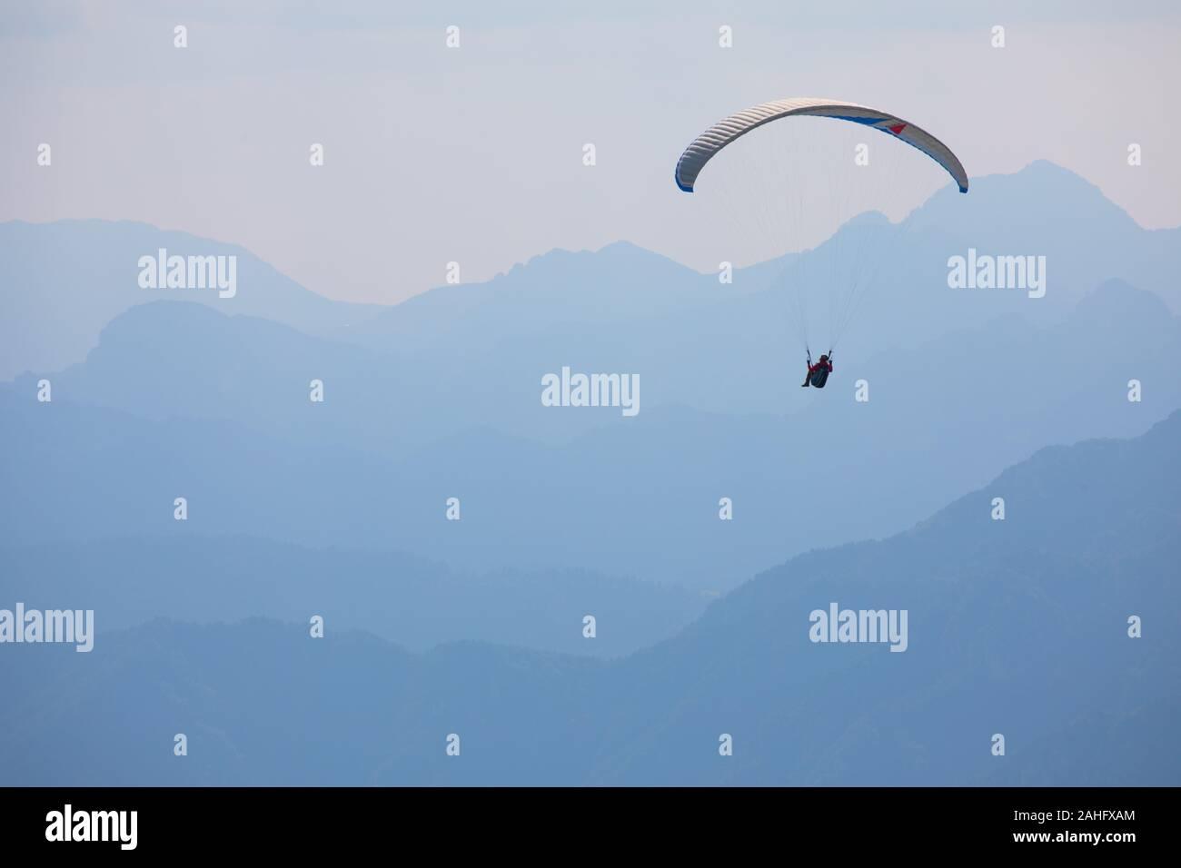 hang-glider-at-lake-garda-italy-photogra