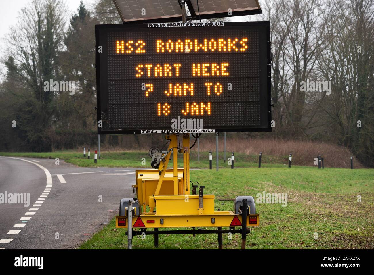 great-missenden-buckinghamshire-a-large-roadside-illuminated-sign-on-the-a413-warns-drivers-of-impending-hs2-related-roadworks-credit-stephen-bellalamy-2AHX27X.jpg