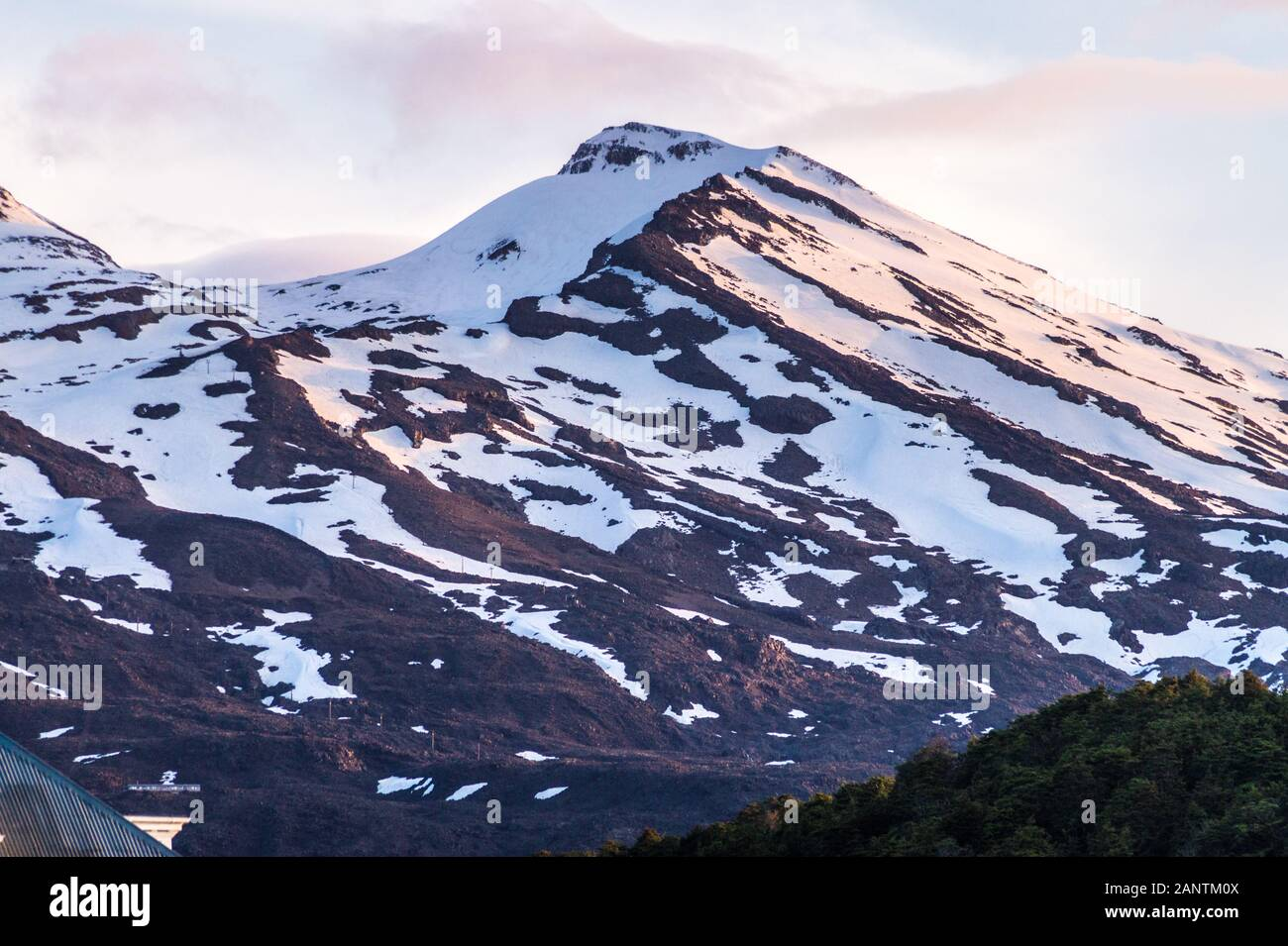 snow-on-mount-ruapehu-tongariro-national-park-north-island-new-zealand-2ANTM0X.jpg
