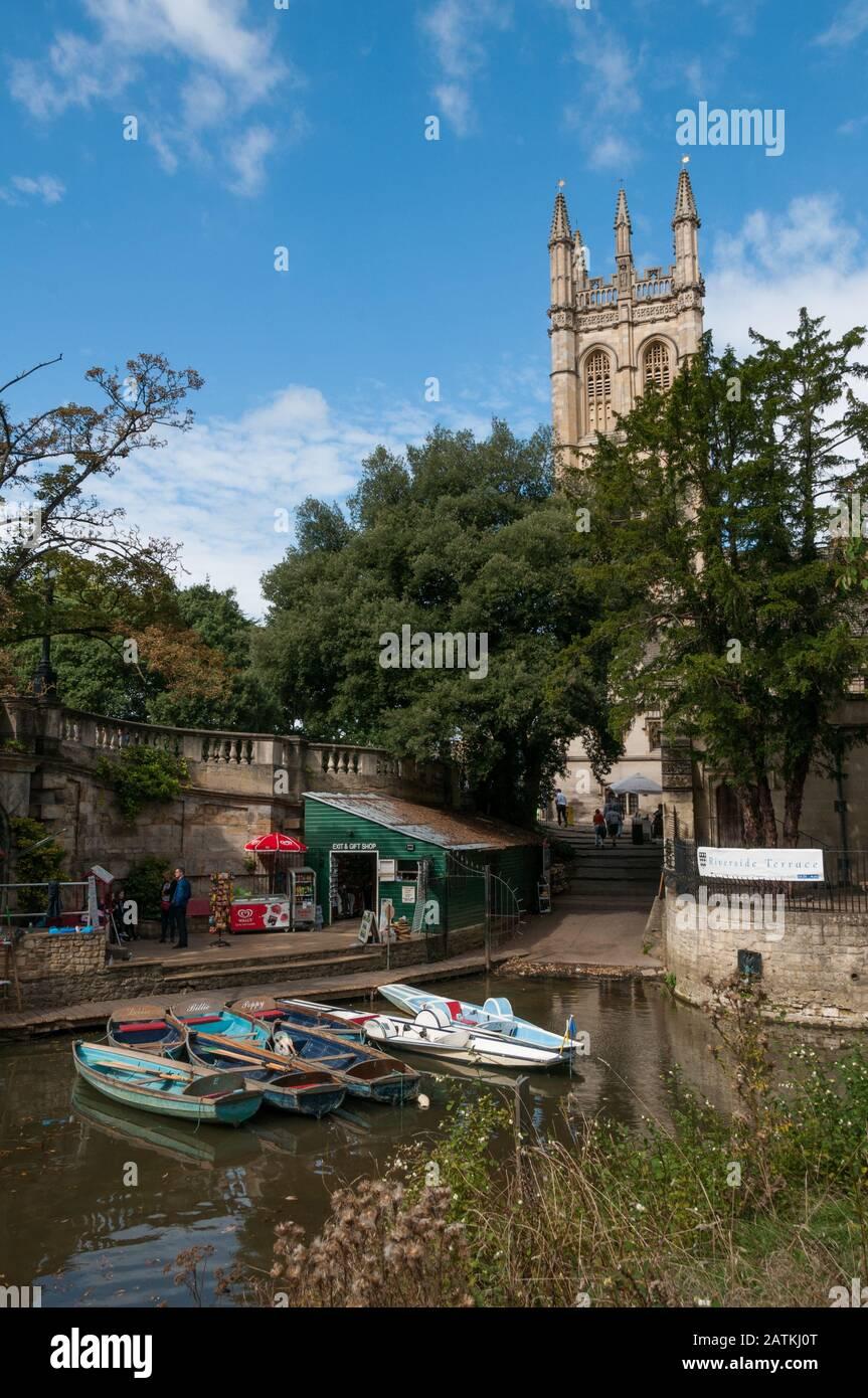 punting-on-the-river-cherwell-oxford-united-kingdom-2ATKJ0T.jpg