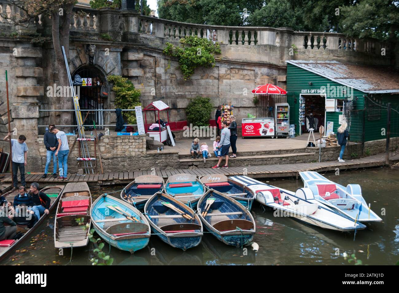 punting-on-the-river-cherwell-oxford-united-kingdom-2ATKJ1D.jpg