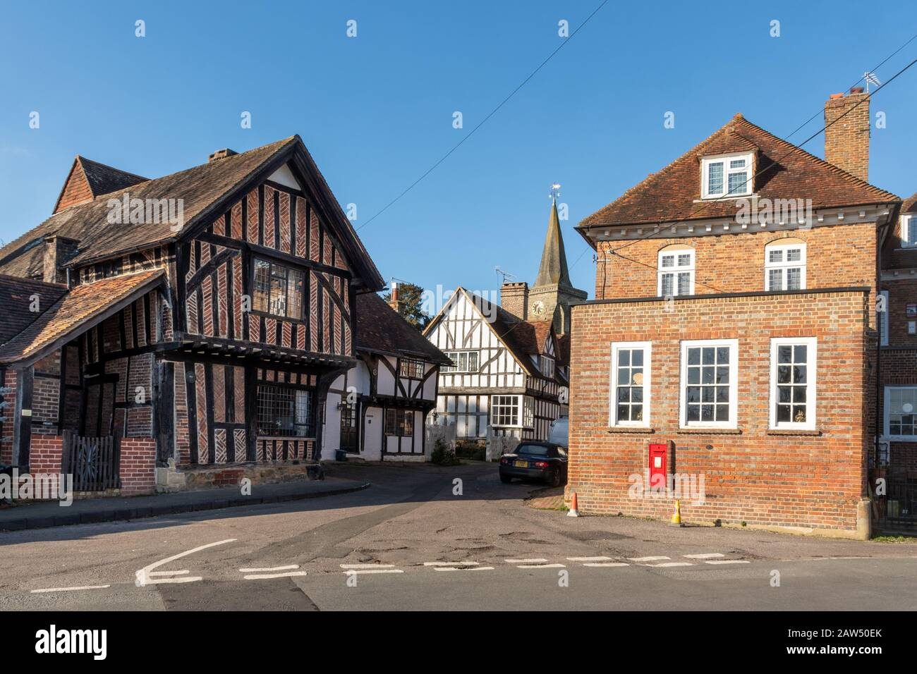 lingfield-village-in-east-surrey-uk-with-historic-listed-buildings-and-the-church-of-st-peter-and-st-paul-2AW50EK.jpg