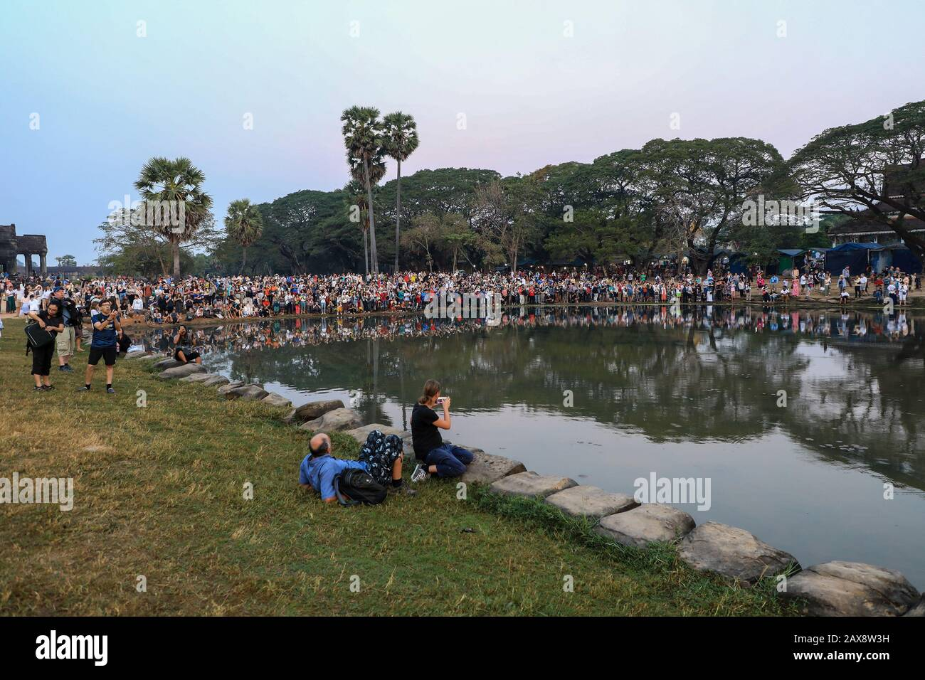 masses-of-tourists-watching-the-sun-rise-over-angkor-wat-cambodia-asia-2AX8W3H.jpg