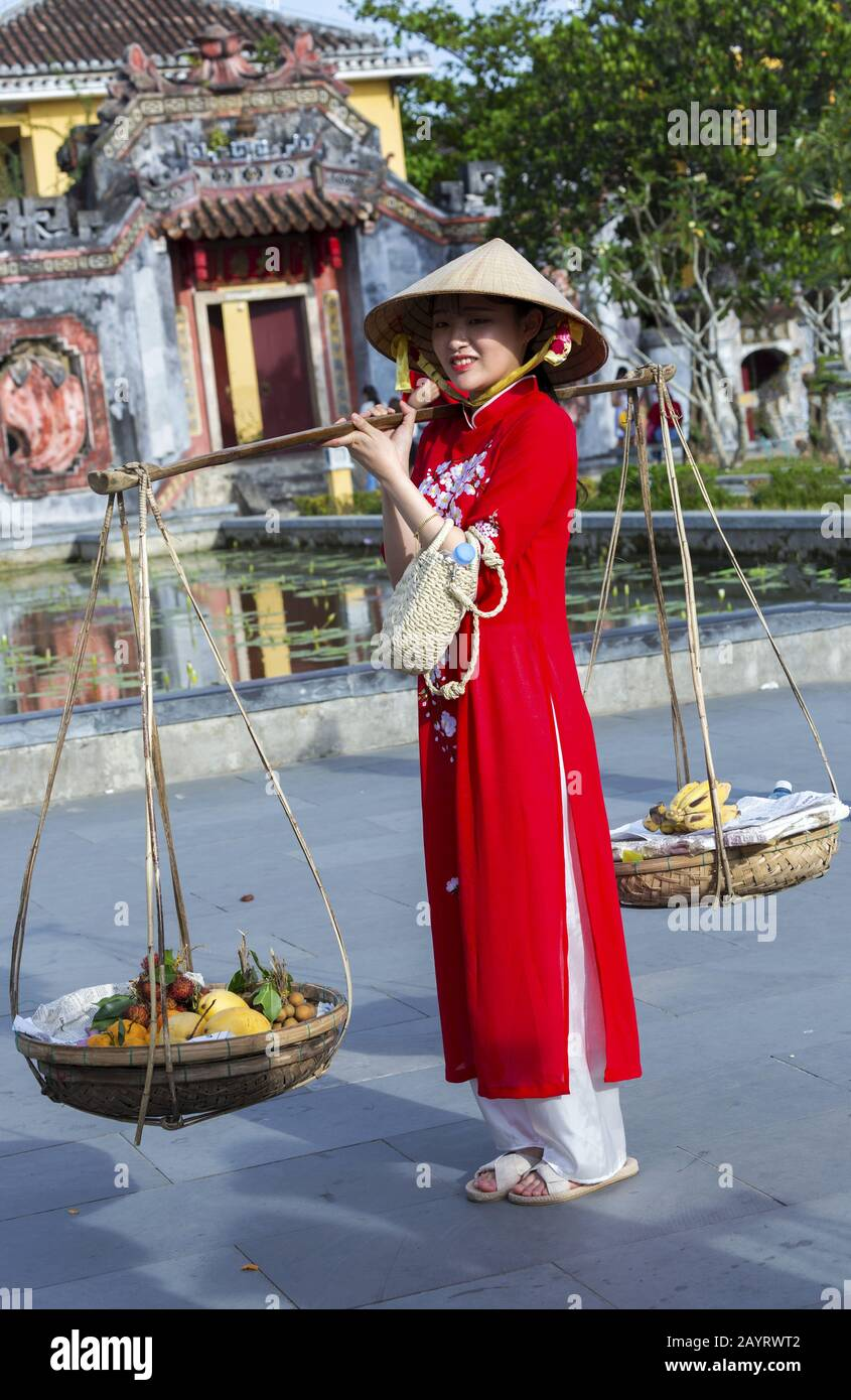 asian-girl-in-vietnam-ethnic-clothing-an