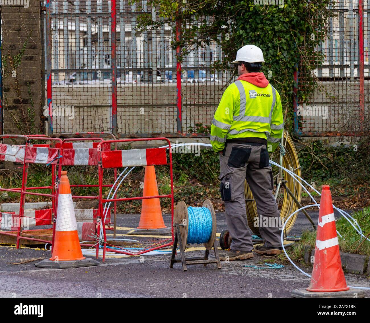 fibre-optic-cable-being-installed-underground-in-skibbereen-west-cork-ireland-2AYX1RK.jpg