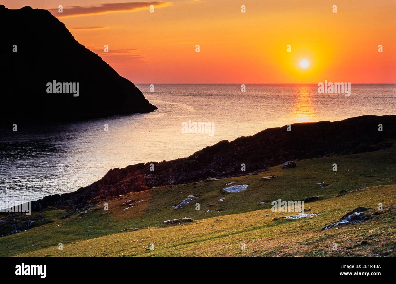 sunset-over-the-open-atlantic-ocean-at-dursey-beara-peninsula-county-cork-ireland-with-dursey-island-on-the-left-of-the-image-2B1R4BA.jpg