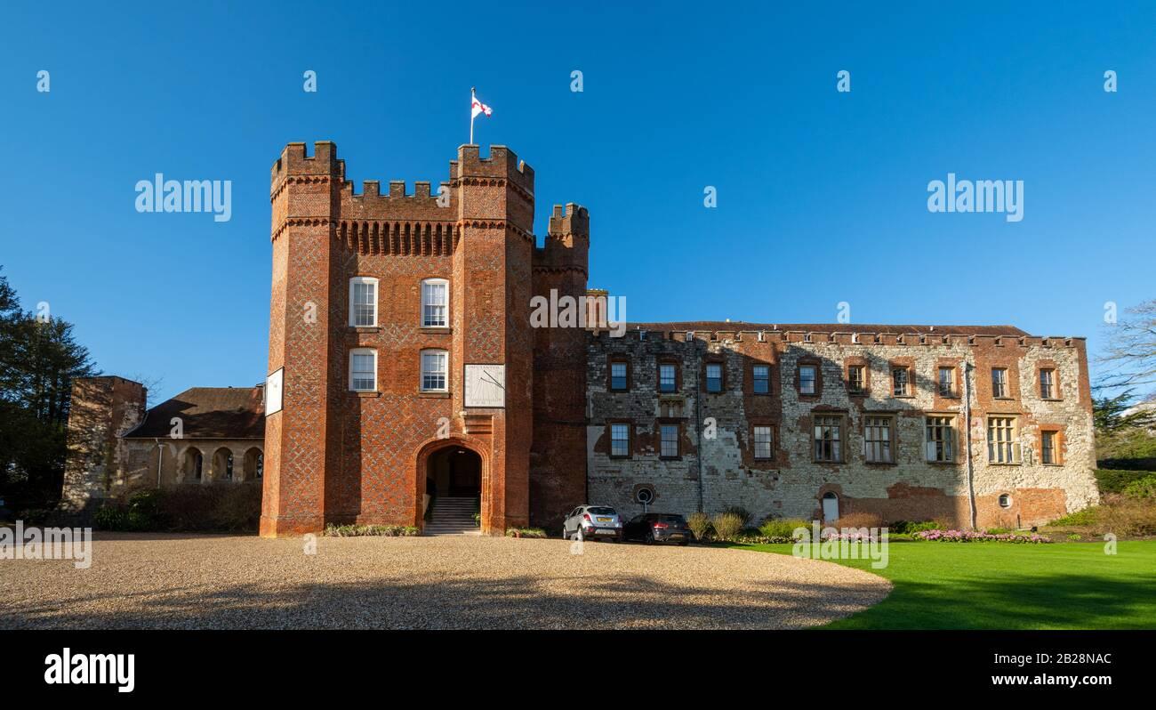 farnham-castle-in-surrey-england-uk-the-bishops-palace-2B28NAC.jpg