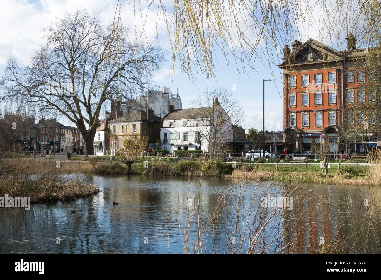 The Sun Inn and Barnes Pond in southwest London, UK Stock Photo