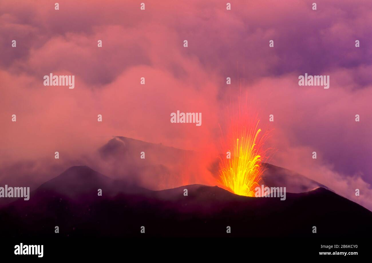 stromboli-volcano-on-the-mediterranean-island-of-stromboli-erupting-explosively-at-night-in-1992-from-a-large-summit-crater-2B6KCY0.jpg