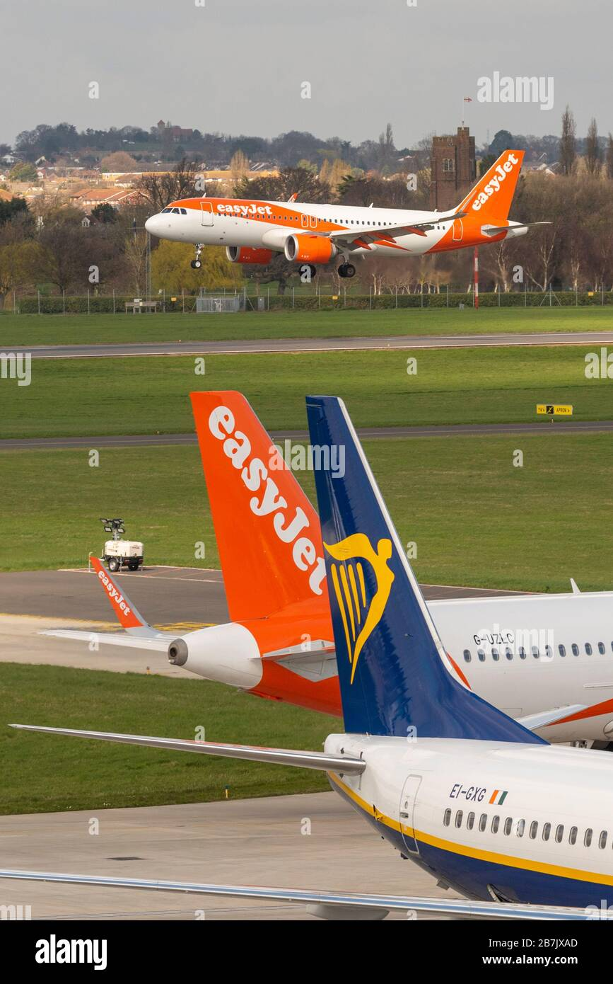 easyjet-have-cancelled-all-of-their-scheduled-services-from-spain-due-to-covid-19-coronavirus-the-final-arrival-from-malaga-at-southend-airport-2B7JXAD.jpg