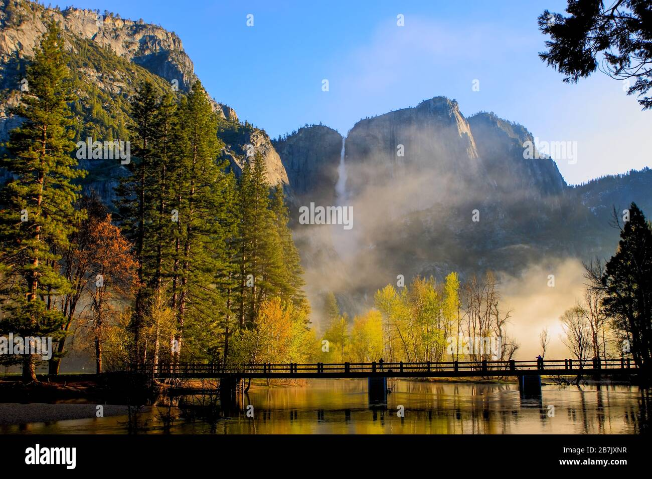early-morning-mist-rising-above-the-swinging-bridge-over-the-merced-river-with-yosemite-falls-in-the-background-yosemite-national-park-california-usa-2B7JXNR.jpg
