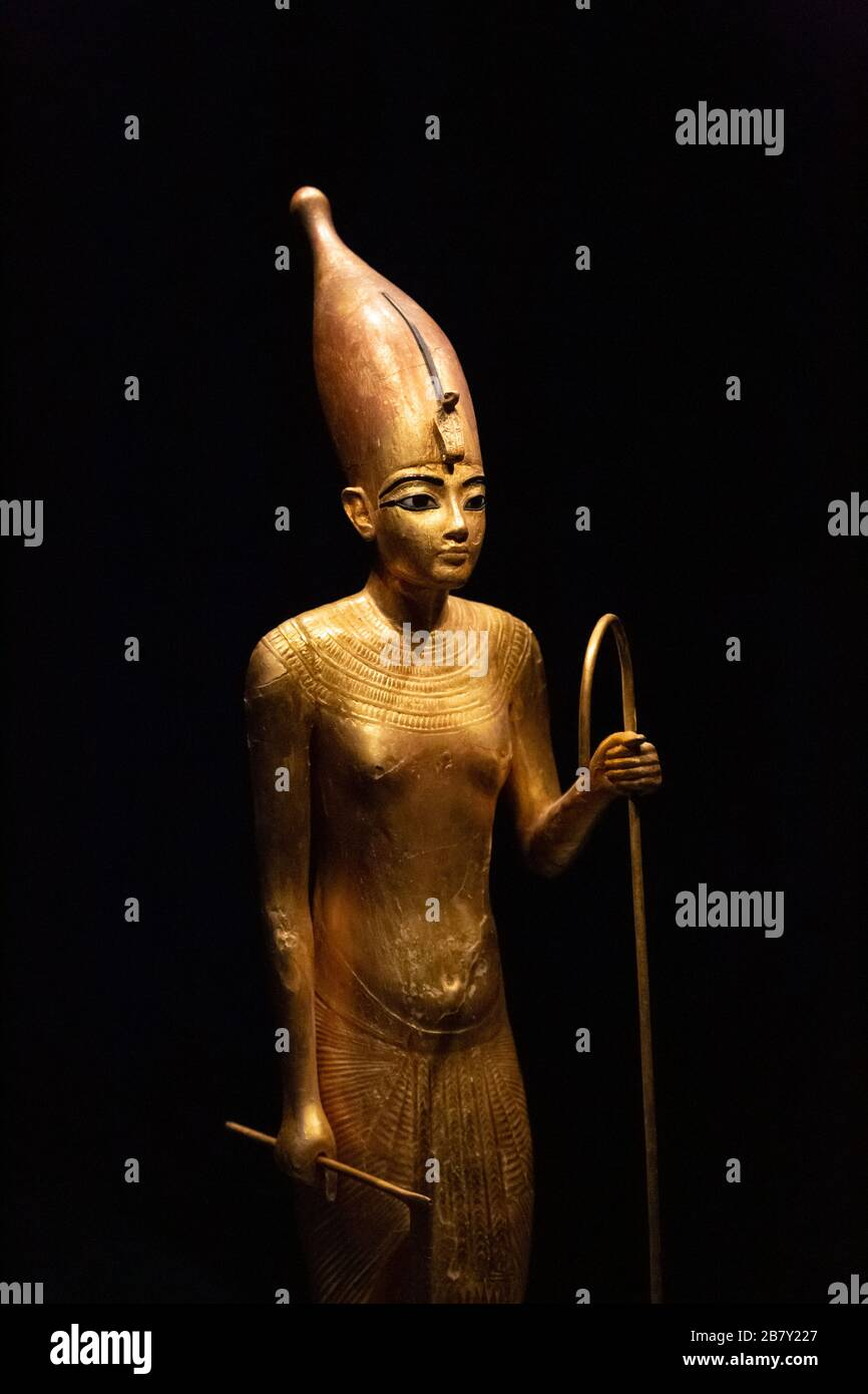 tutankhamun-statue-close-up-of-the-head-of-tutankhamen-wearing-the-white-crown-gold-gilded-wooden-statue-tutankhamuns-tomb-ancient-egypt-2B7Y227.jpg