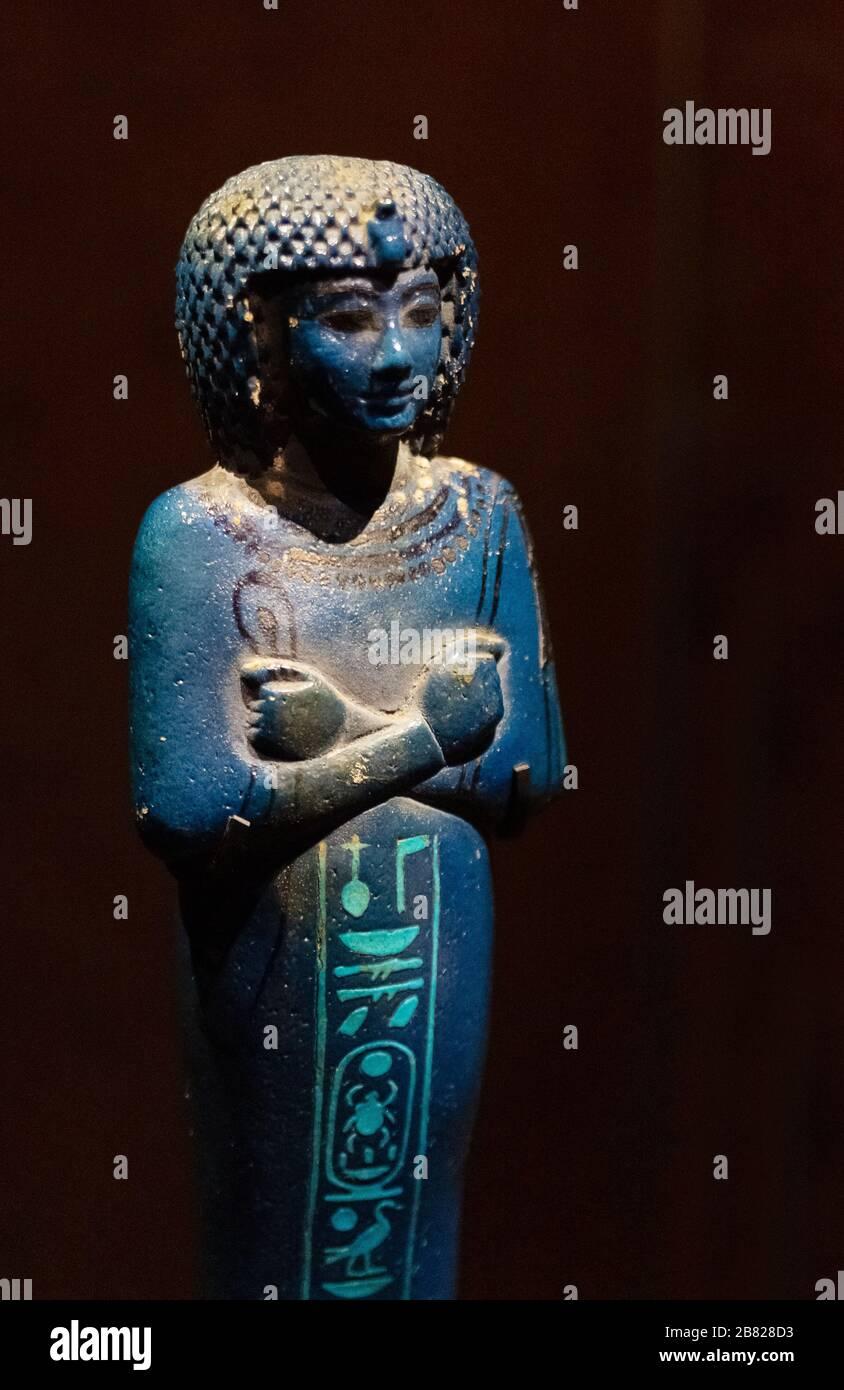 tutankhamun-tomb-treasure-a-faience-overseer-shabti-figurine-of-helper-in-round-wig-ancient-egyptian-statue-tomb-of-pharaoh-tutankhamen-egypt-2B828D3.jpg