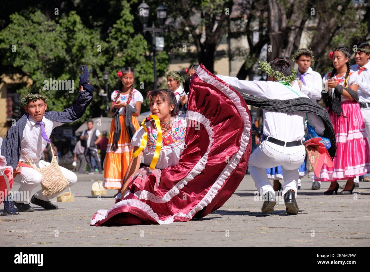 young-mexican-couple-folkloric-dancers-performing-traditional-dance-in-movement-in-crouched-position-2BAM7FW.jpg