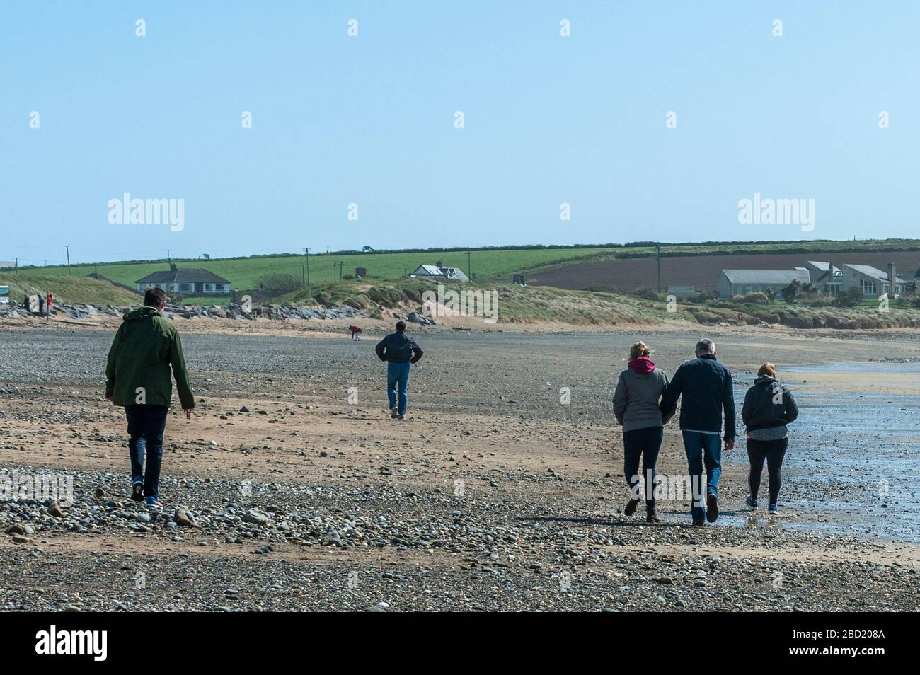 garrettstown-west-cork-ireland-6th-apr-2020-people-were-on-the-beach-at-garrettstown-today-and-most-were-observing-the-governments-social-distancing-guidelines-issued-due-to-the-covid-19-pandemic-credit-andy-gibsonalamy-live-news-2BD208A.jpg