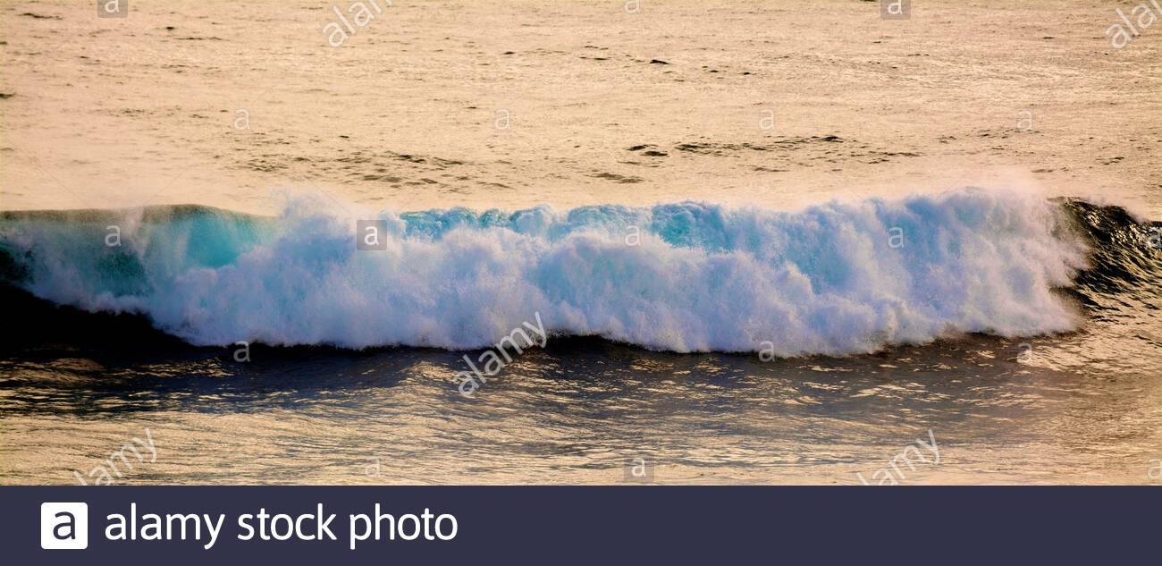 wave-breaking-at-cape-vlamingh-at-the-west-end-of-rottnest-islandwadjemup-western-australia-2BHE18K.jpg