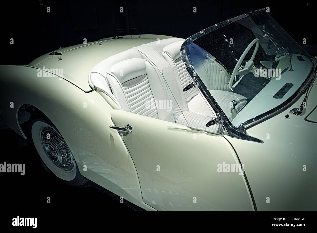 a-1954-kaiser-darrin-american-convertible-vintage-car-2BHKMGE.jpg