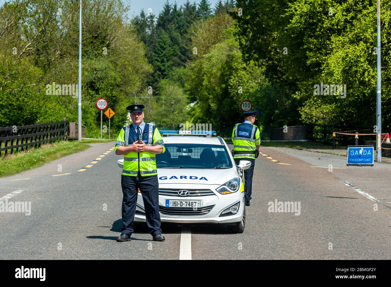ballinascarthy-west-cork-ireland-9th-may-2020-a-garda-checkpoint-was-in-place-on-the-n71-at-ballinascarthy-today-to-ensure-motorists-were-only-making-essential-journeys-in-accordance-with-the-governments-covid-19-regulations-credit-ag-newsalamy-live-news-2BMGF2Y.jpg