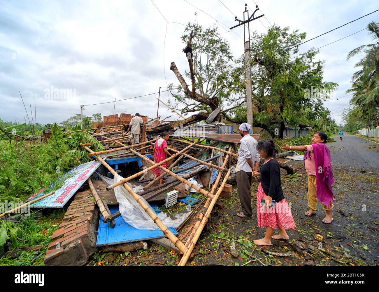 Baruipur, West Bengal, India. 21st May, 2020. A completely devastated house during the aftermath.Cyclone Amphan has hit west Bengal with a speed of 150 Km/ hr. which caused huge destruction of lively hood and 76 deaths have been reported so far. Credit: Avishek Das/SOPA Images/ZUMA Wire/Alamy Live News Stock Photo