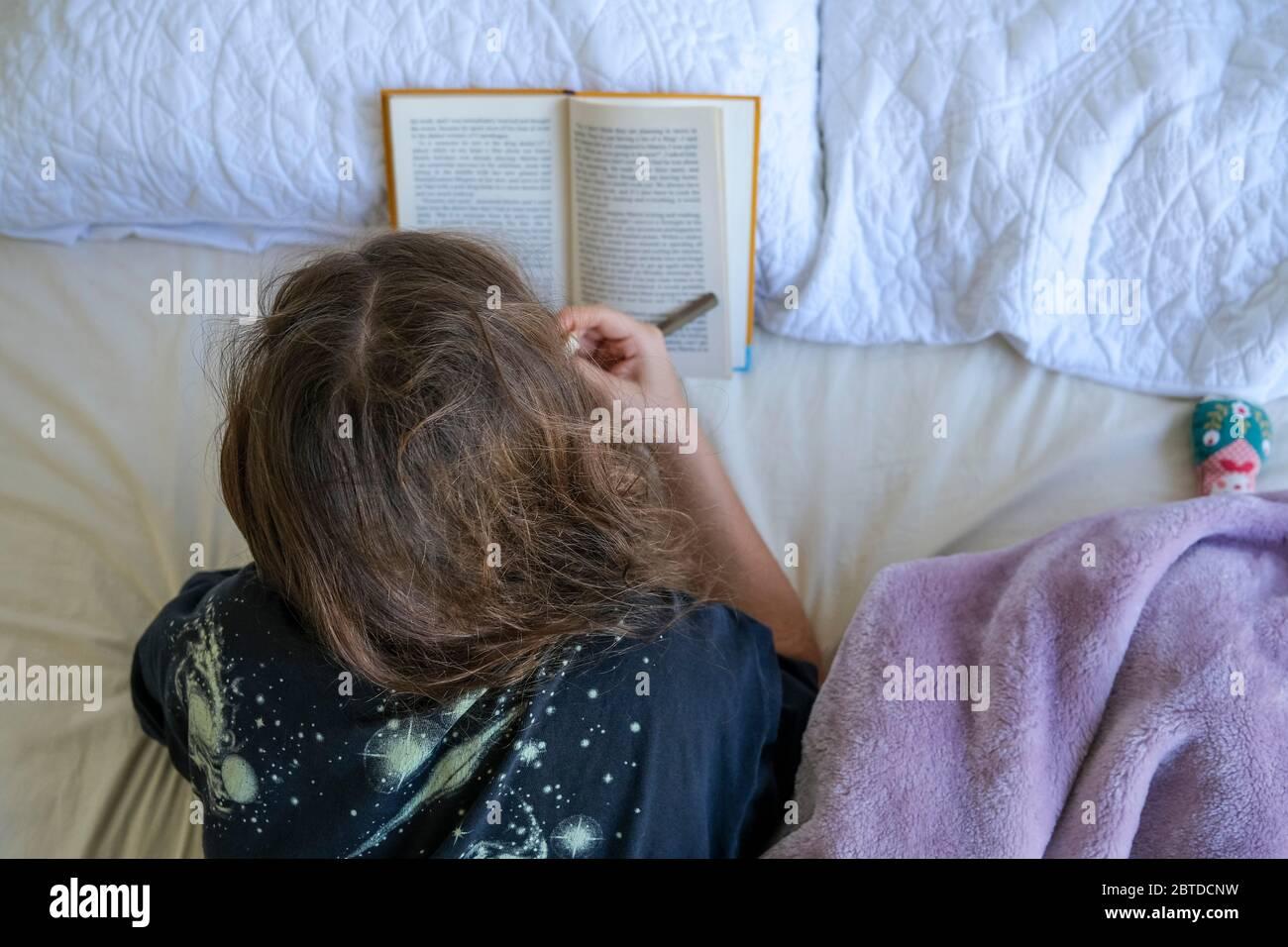 girl-reading-in-bed-2BTDCNW.jpg
