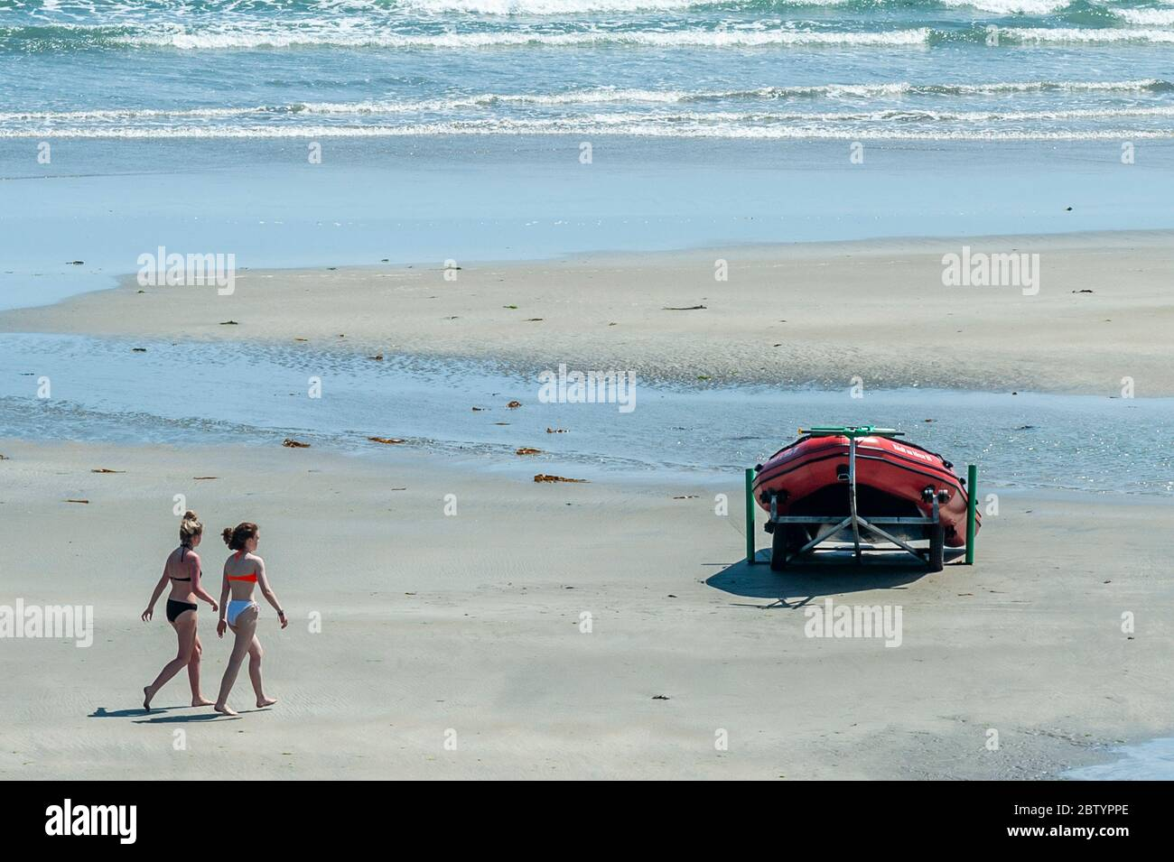 inchydoney-west-cork-ireland-28th-may-2020-people-flocked-to-inchydoney-beach-today-on-a-day-of-warm-sunshine-and-high-winds-the-weather-is-expected-to-get-warmer-over-the-bank-holiday-weekend-with-temperatures-expected-to-reach-the-high-20s-on-monday-credit-ag-newsalamy-live-news-2BTYPPE.jpg