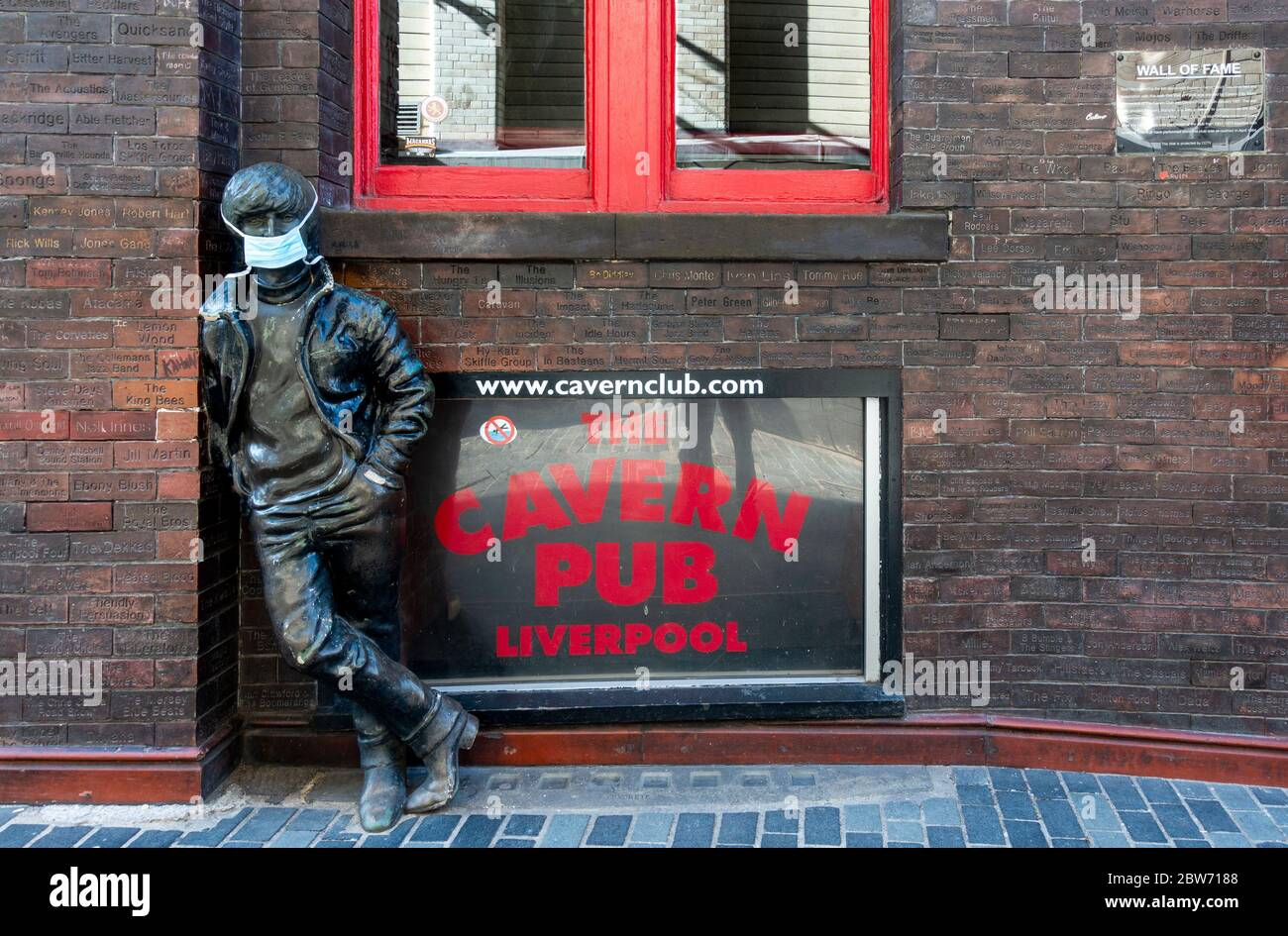 john-lennon-statue-on-mathew-street-in-l