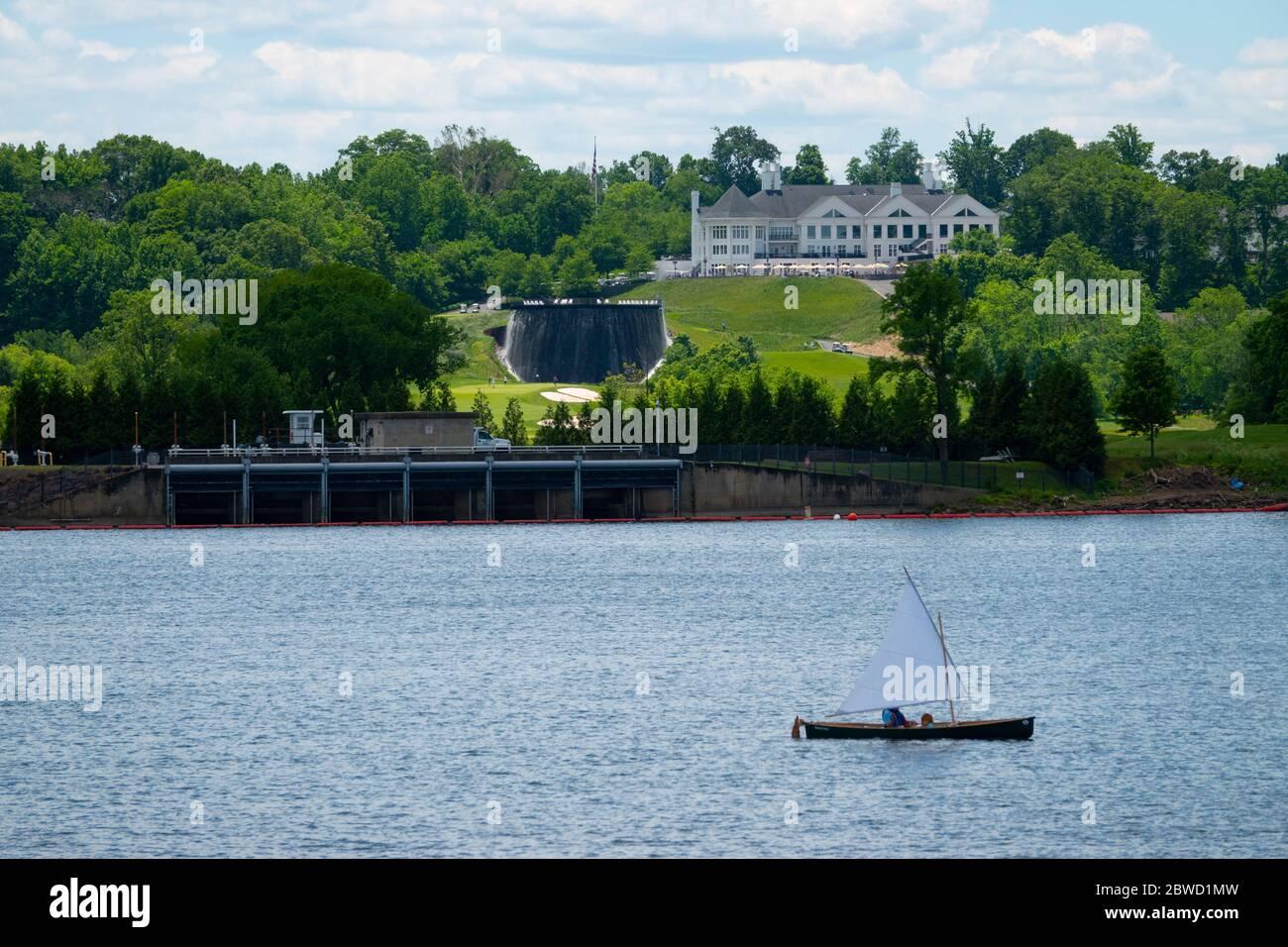 usa-virginia-trump-national-golf-club-on-the-potomac-river-in-sterling-virginia-club-house-sailboat-2BWD1MW.jpg