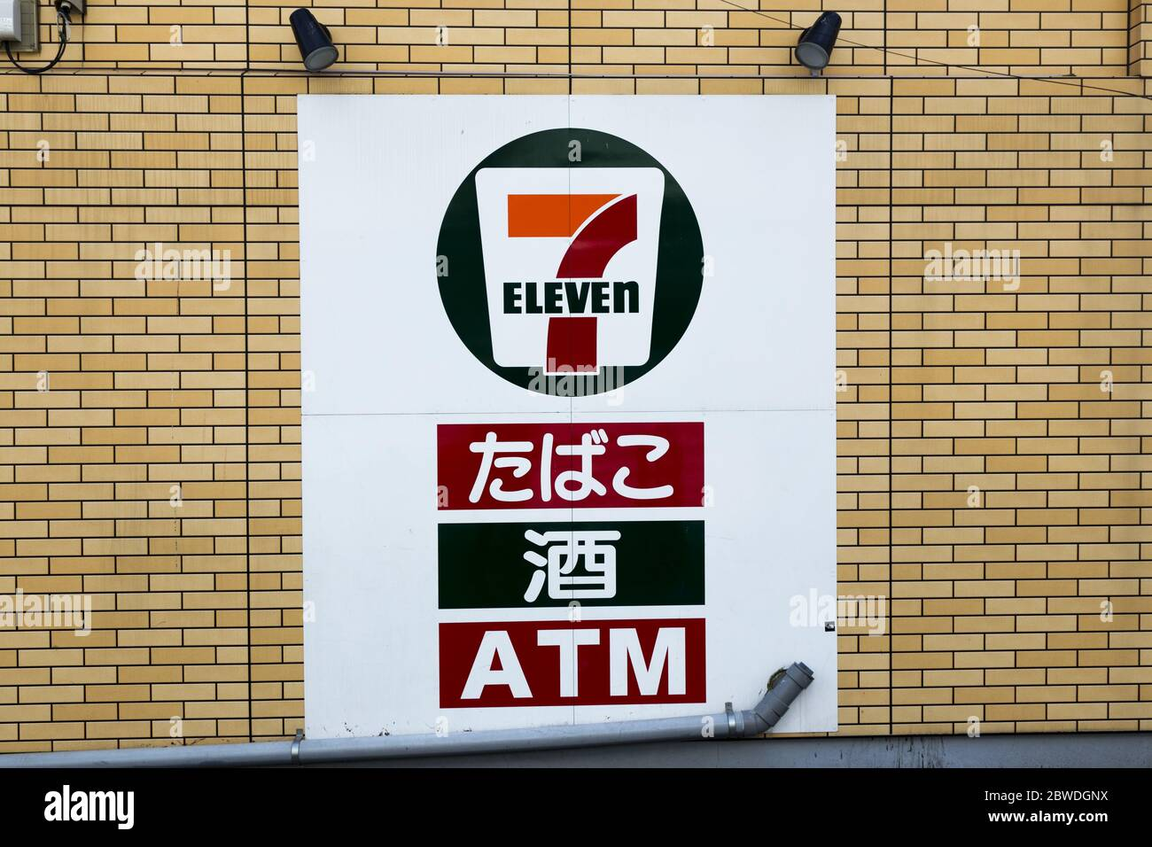 7-eleven-convenience-store-sign-against-
