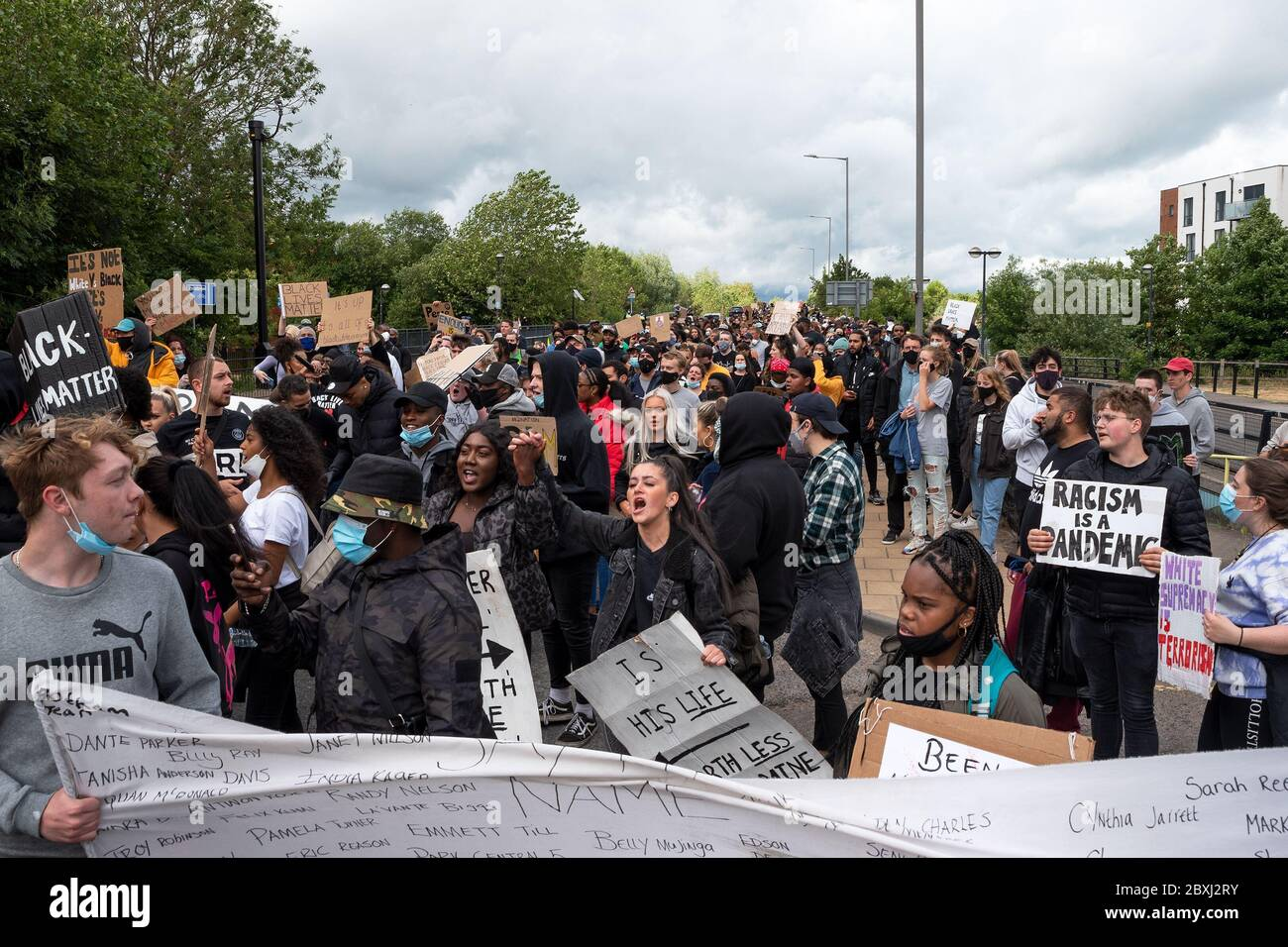 aylesbury-uk-6th-june-2020-aylesbury-black-lives-matter-march-in-response-to-the-recent-death-of-george-floyd-in-minneapolis-who-died-when-a-police-officer-continuously-knelt-on-his-neck-until-he-died-the-march-route-had-been-agreed-with-the-police-around-a-1000-demonstrators-marched-carrying-placards-and-chanting-the-march-started-from-watermead-and-finished-in-the-town-centre-the-march-was-organised-by-local-residents-amari-jamz-and-hannah-lewis-head-of-the-march-on-the-a418-oxford-road-credit-stephen-bellalamy-2BXJ2RY.jpg