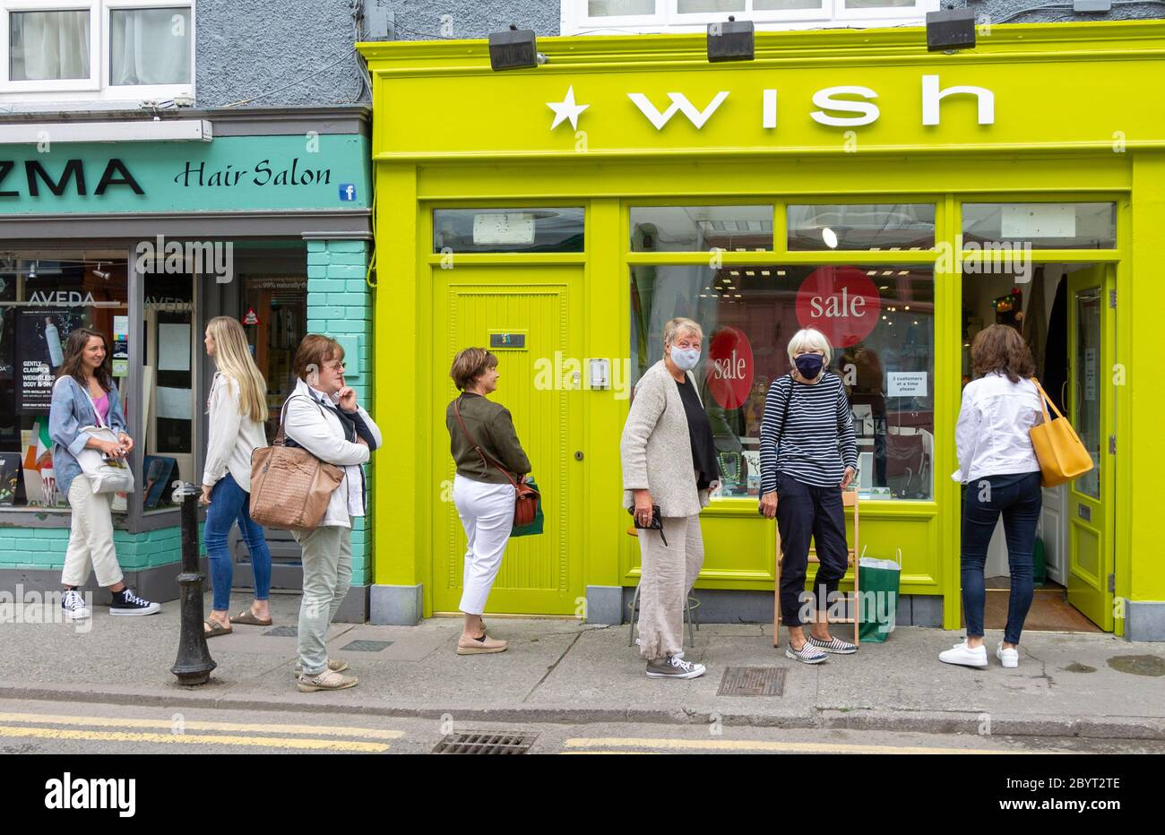 female-shoppers-wearing-face-masks-in-a-queue-skibbereen-ireland-2BYT2TE.jpg